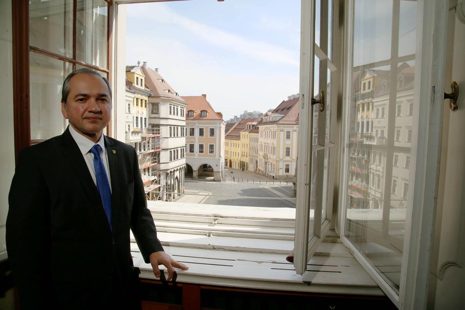 Der Görlitzer Oberbürgermeister Octavian Ursu (CDU) schaut auf den wegen der Corona-Pandemie verwaisten Untermarkt.