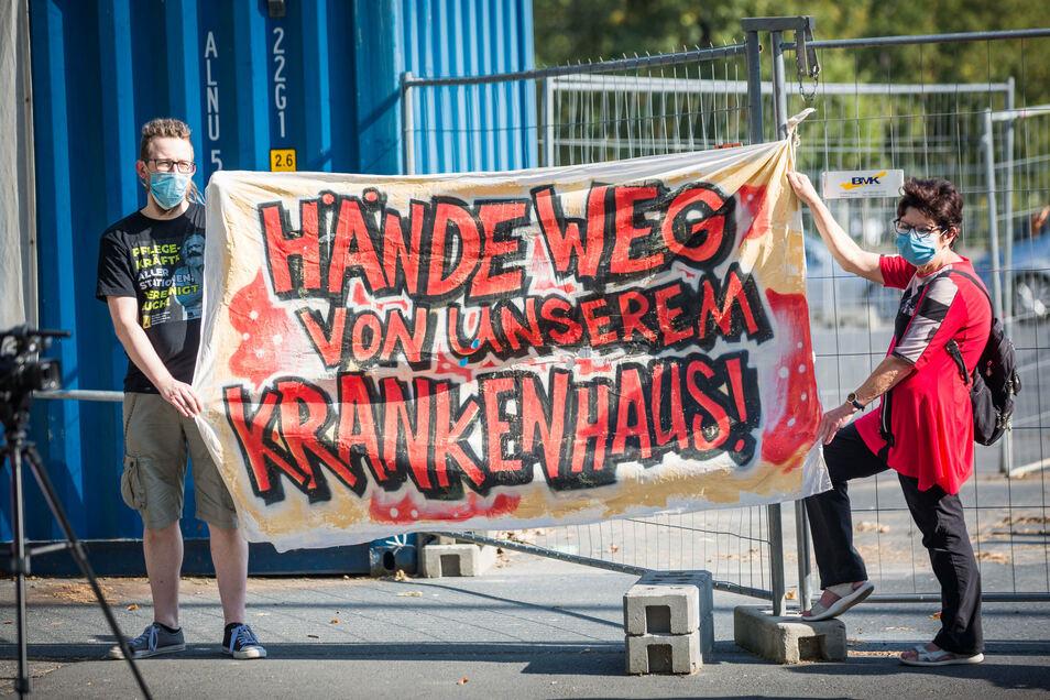 Furcht vor der Klinik-Rettungsstrategie: Unterstützer des Dresdner Pflegebündnisses demonstrieren am Mittwoch vor dem Rathaus, wo Eckpunkte des Klinik-Konzeptes vorgestellt werden.
