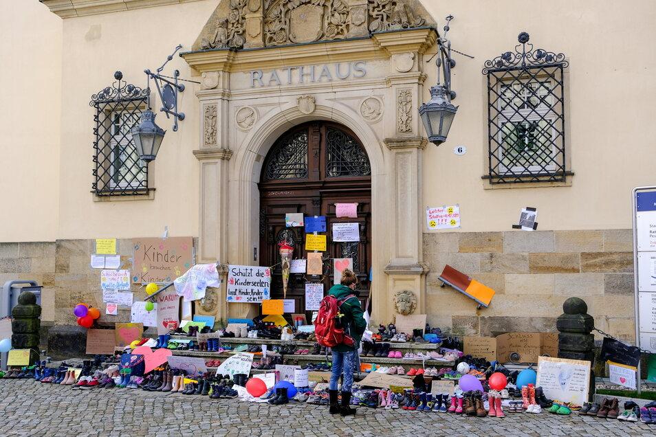 Am Sonntag haben Eltern und Kinder die Schuhe vor dem Hauptportal des Rathauses abgelegt.