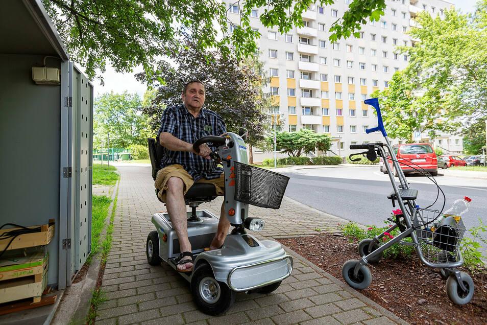 Hans-Joachim Mizera aus Pirna-Sonnenstein muss viele für ihn sehr anstrengende Meter mit dem Rollator zurücklegen, bevor er an seine kleine Garagenbox für den Elektro-Rollstuhl gelangt.