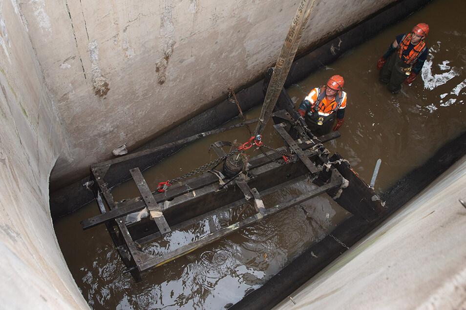 Vorarbeiter Sebastian Härtel und sein Kollege Justin Donner im offenen Bauwerk, aus dem der Stauwagen emporgehoben wird.