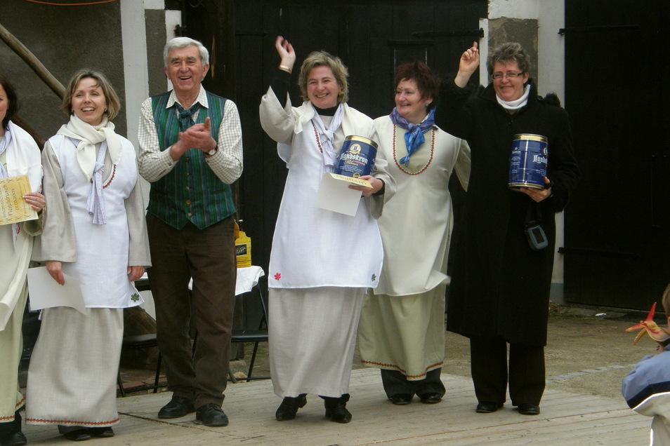 Gerhard Neumann (zweiter von links) unterstützte sehr gern den traditionellen Wettbewerb im Flegeldrusch im Dorfmuseum. Das Foto zeigt ihn mit einer polnischen Frauenmannschaft.