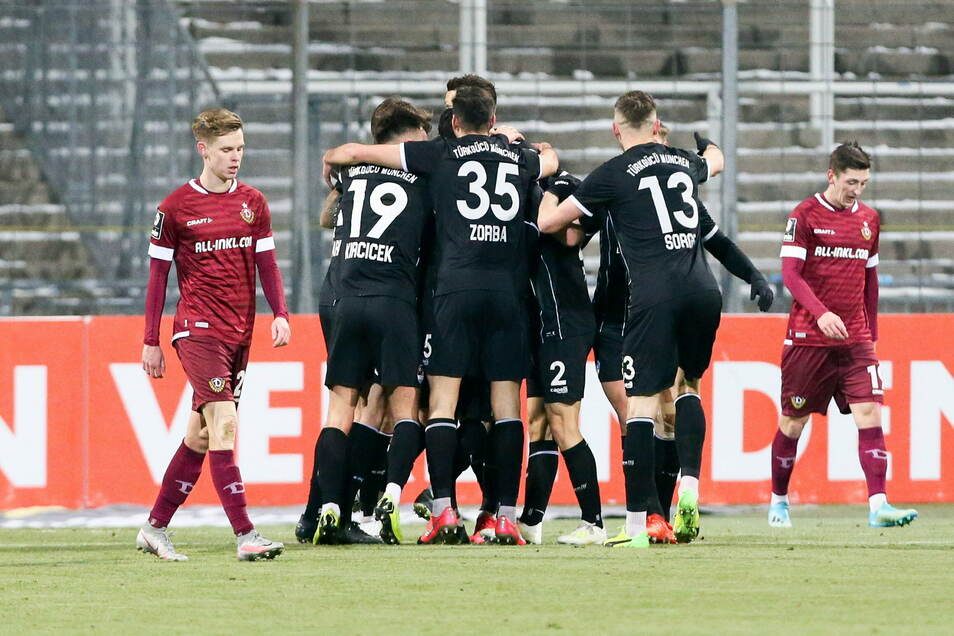 Das Bild zum Spiel: Während die Münchner jubeln, ist schon an der Körpersprache der Dresdner zu sehen, was passiert ist. Türkgücü-Kapitän Sercan Sararer hat das Tor das Abends erzielt.