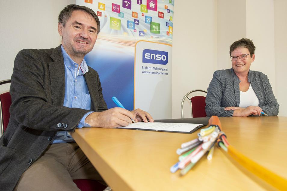 Zwei im Glück: Bürgermeisterin Manuela Gajewi und Jens Schaller, Geschäftsfeldverantwortlicher Telekommunikation der Enso Netz GmbH, machten den Breitbandausbau für Priestewitz perfekt.