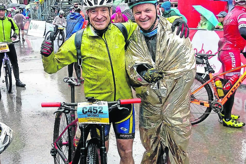 Nass, frierend, schmutzig, aber glücklich: Lutz Mothes (links) und Sven Wallrabe in Bad Goisern im Ziel.