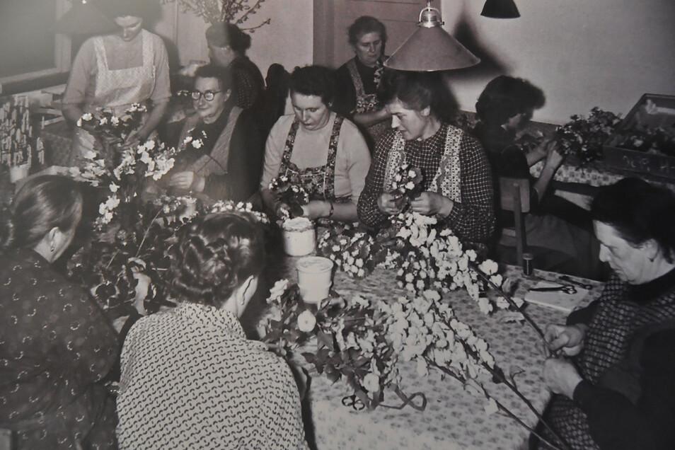 Unschwer zu erkennen: Frauen im damaligen VEB Kunstblume Sebnitz. Was wie Heimarbeit aussieht, war Alltag im Betrieb.