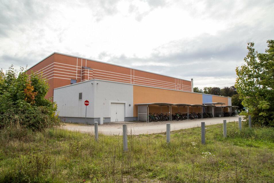 """Die Sporthalle an der Bahnhofstraße, kurz """"Bahnhofshalle"""" genannt, wurde im Jahr 2009 saniert. Sie bekam dabei auch eine Tribüne für knapp 300 Zuschauer."""