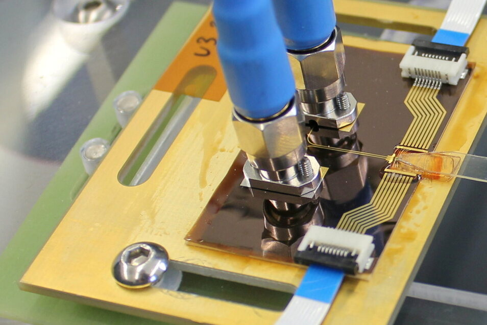 Im Projekt entstehen neue optische Bauelemente für Chips, deren Gehäuse und Schaltkreise. Durch die Datenübertragung per Licht wird ein Angriff für Hacker nahezu unmöglich.