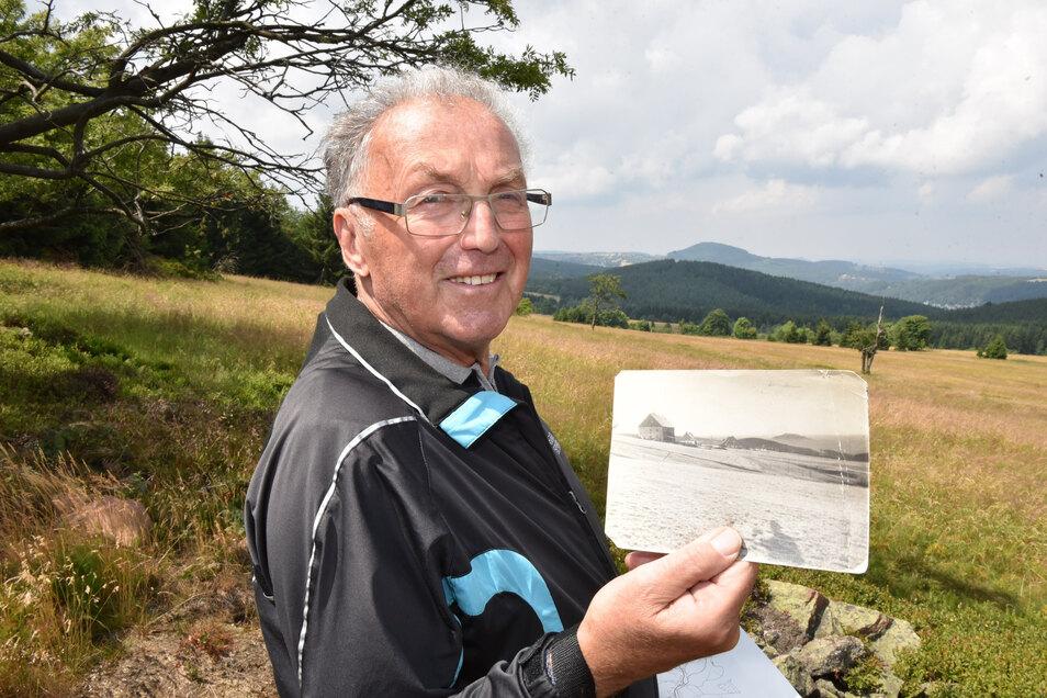 Werner Burock steht im Grünen, im Hintergrund Kohlhaukuppe und Geisingberg. An sein Dorf Vorderzinnwald in Tschechien erinnern nur noch Fotos.