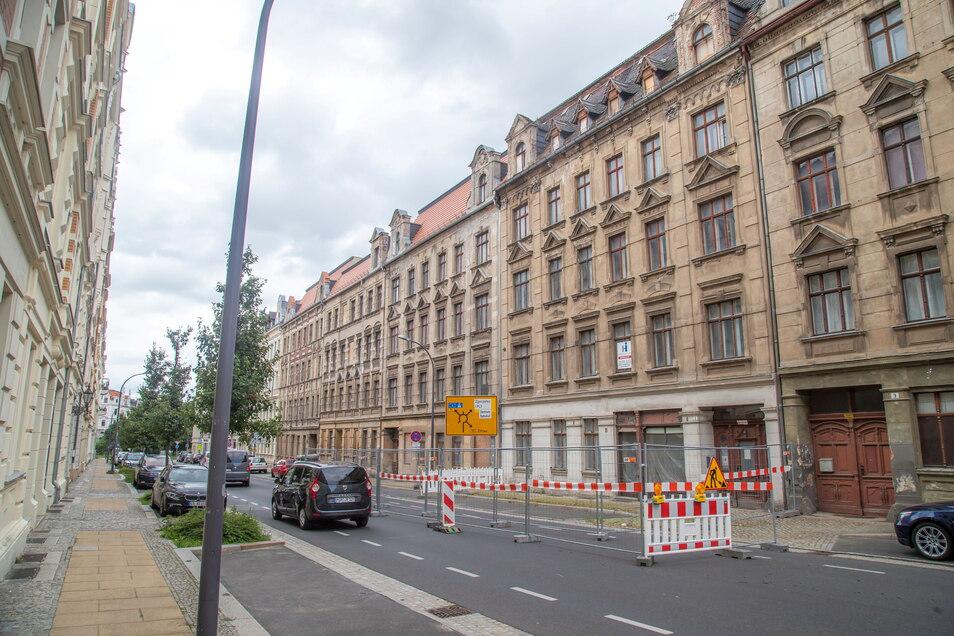 Die Görlitzer Brautwiesenstraße ist vor dem Haus Nummer 8 halbseitig gesperrt. Stadtauswärts hat man freie Fahrt. Doch wer stadteinwärts fährt, muss genau schauen, ob kein Gegenverkehr kommt – und kann dann um die Absperrung herumkurven.