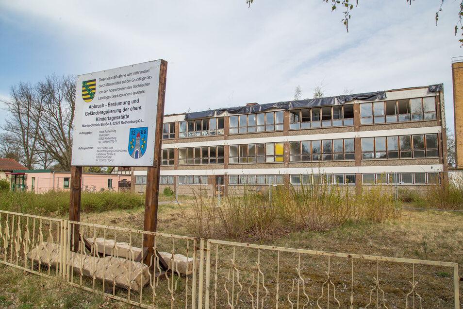 Seit ein paar Tagen läuft der Abriss des alten Kindergartens in der Martin-Ulbrich-Straße. Dies ist Voraussetzung dafür, dass hier das neue Rothenburger Bürgerzentrum entstehen kann.