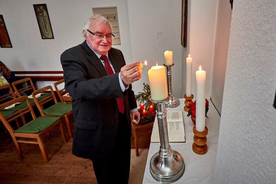 Egal ob Weihnachten oder Ostern oder dazwischen: Cornelius Neumann zündet im Gemeinderaum und in der Röhrsdorfer Kirche immer eine Kerze an.