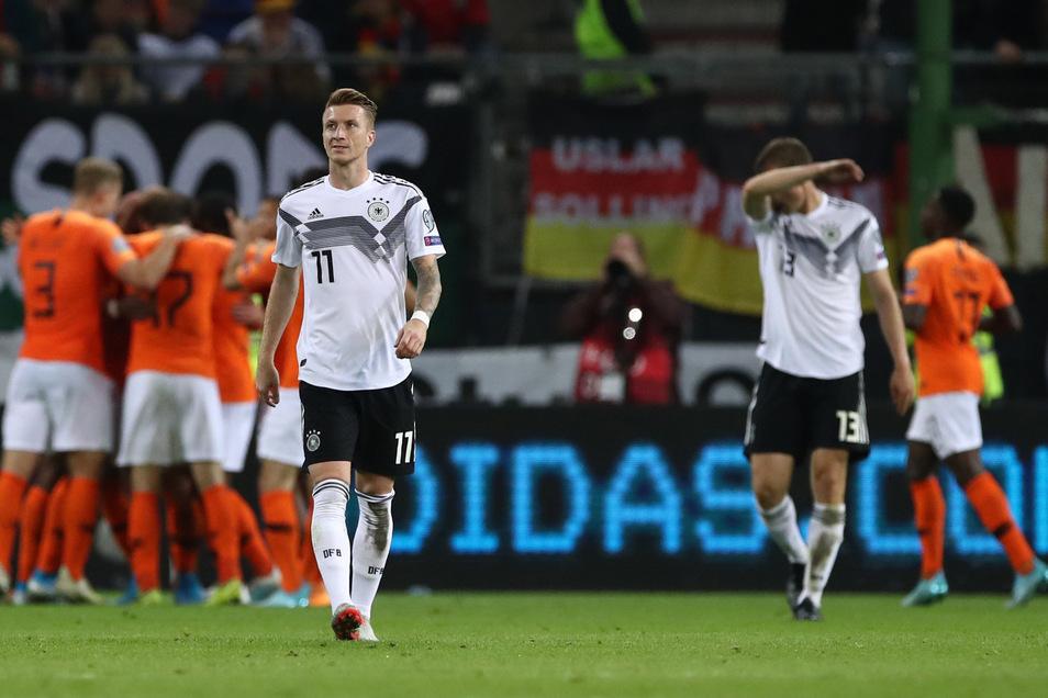 Oranje jubelt, die deutschen Nationalspieler sind konsterniert: Nach dem 1:1 der Niederlande schreitet Dortmunds Marco Reus genervt zum Anstoßpunkt, Defensivspezialist Lukas Klostermann von RB Leipzig wischt sich den Schweiß vom Gesicht.