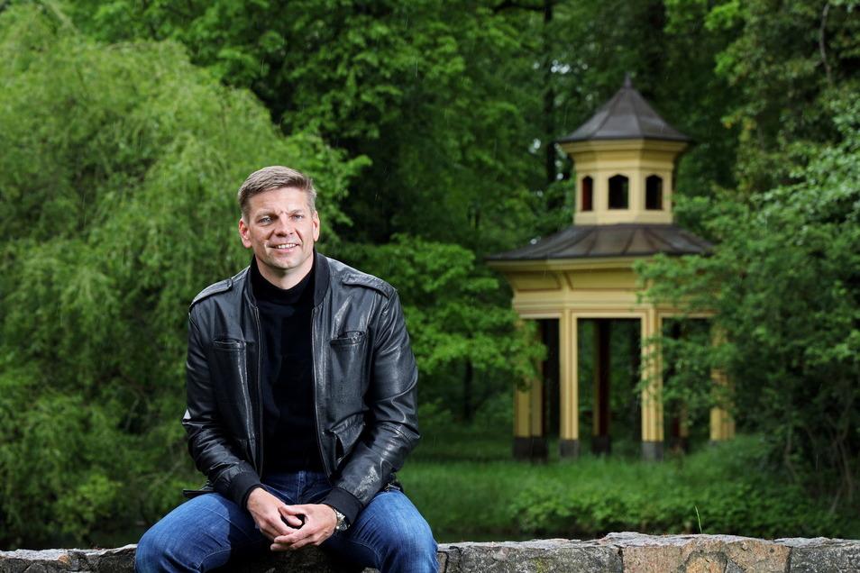 Gunnar Hoffmann im Vorfeld der OB-Wahl im Jahnhishausener Schlosspark. Mit dem Wahlergebnis ist er zufrieden - auch wenn es am Ende nicht ganz gereicht hat.