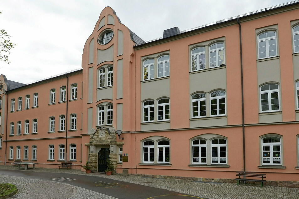 Die Stadt Waldheim benötigt für die Umsetzung des Digitalpaktes in ihren drei Schulen - hier die Grundschule - mehr Geld als Fördermittel fließen sollen.
