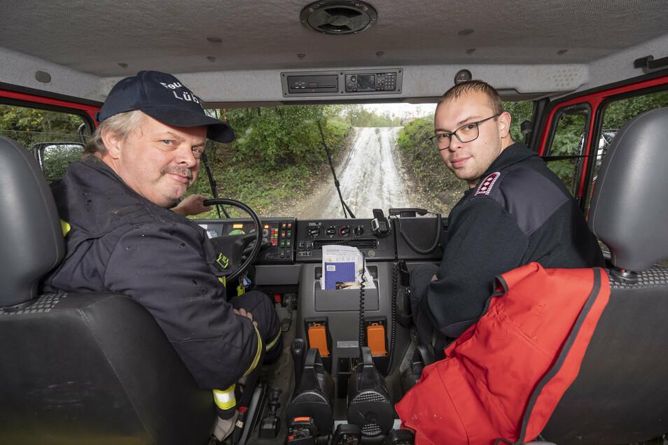 Vater und Sohn am Lenkrad: Steffen (l.) und Christian Grumbt von der Rabenauer Ortsfeuerwehr Lübau steuern ihr Tragkraftspritzenfahrzeug über den Nordring von Lauchhammer.