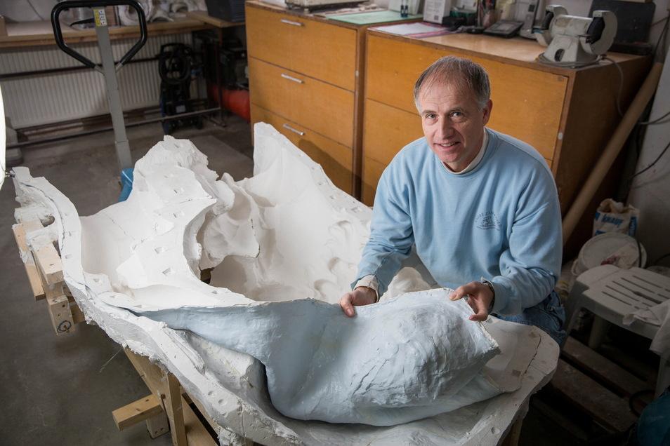 Kunstformermeister Zehrfeld zeigt die Negativform einer Skulptur in seiner Rähnitzer Werkstatt. So konnte er eine Kopie der Skulptur des Milon von Kroton fertigen. Der berühmte Athlet der Antike wurde im April dieses Jahres wieder im Großen Garten aufgest