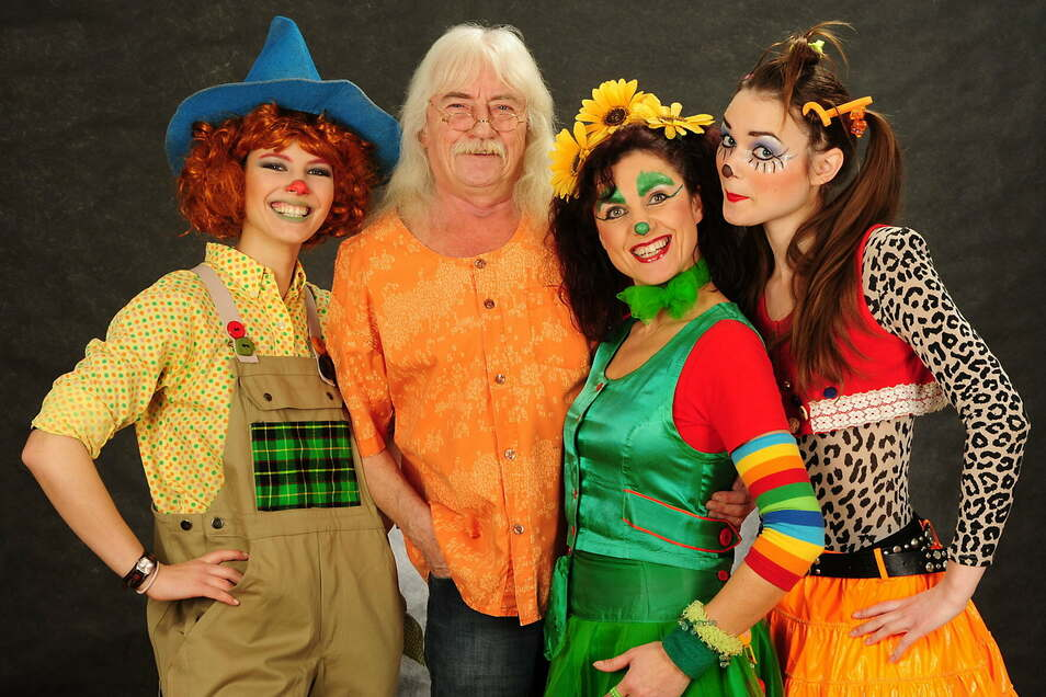 Reinhard Lakomy mit Mitgliedern seines Kinderlieder-Ensembles - Olivia Winter als Moosmutzel, Josephin Busch als Agga Knaack und Valentine Romanski als Waldwuffel.