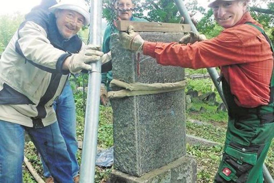 Gunter Strienz (links) und Matthias Wagner aus Dresden richten Grabsteine auf dem jüdischen Friedhof in Sobedruhy (Soborten) wieder auf.