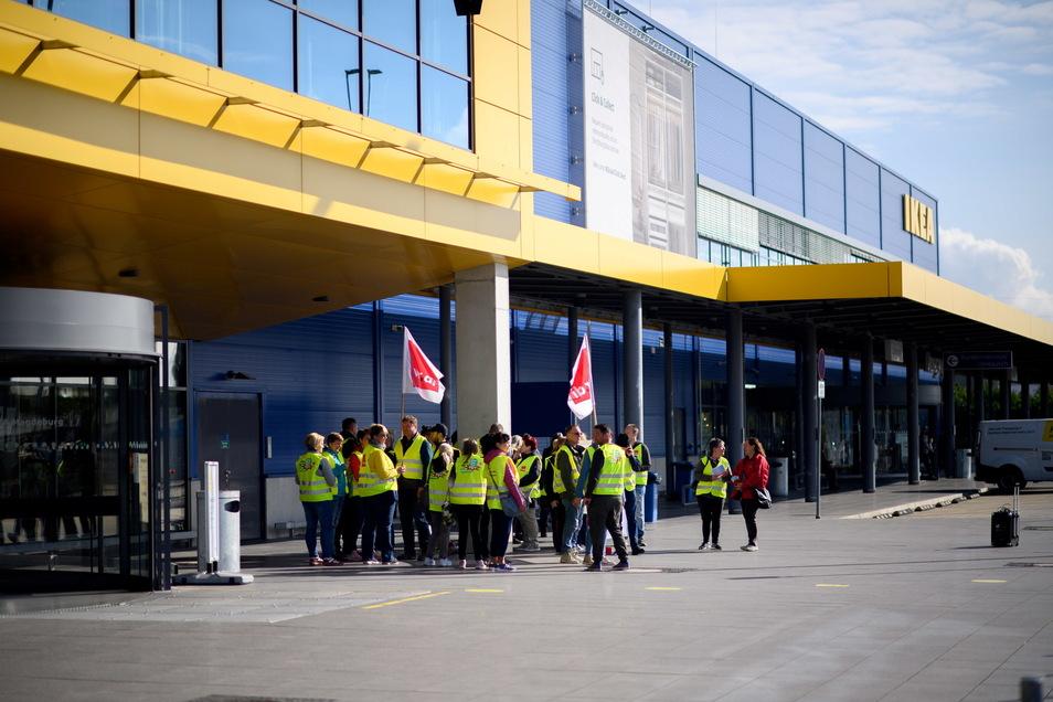 Ikea-Mitarbeiter stehen vor dem Möbelhaus in Magdeburg: Beschäftigte des Einzelhandels streiken vorerst weiter.