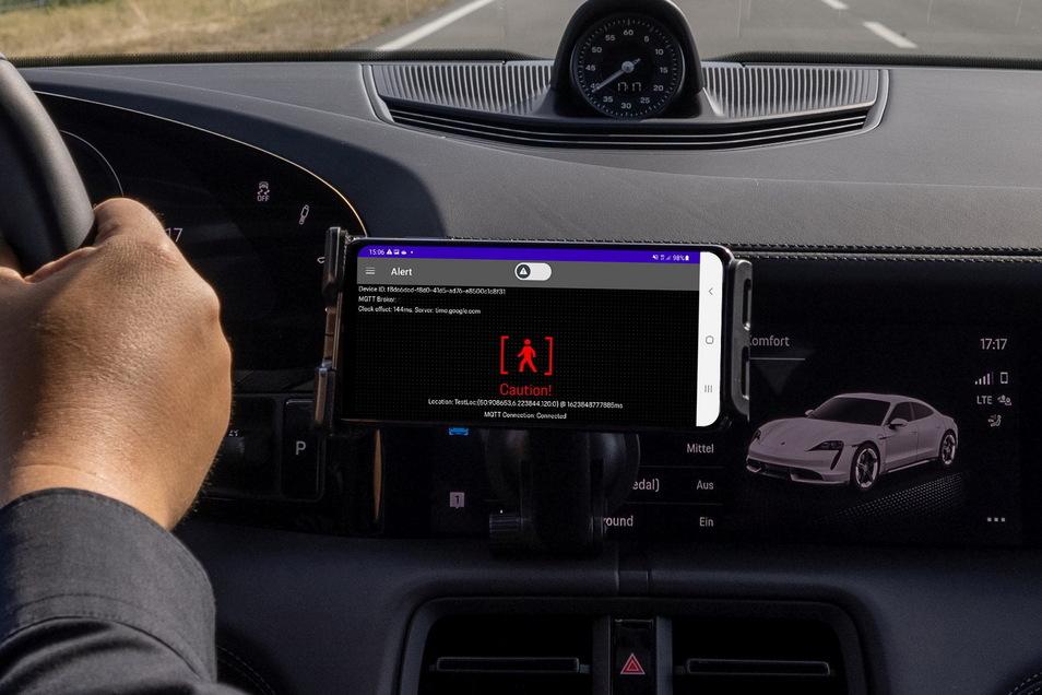 Nur mit Freisprechanlage darf im Auto telefoniert werden - hier mit einer Echtzeit-Warnung auf dem Handy.