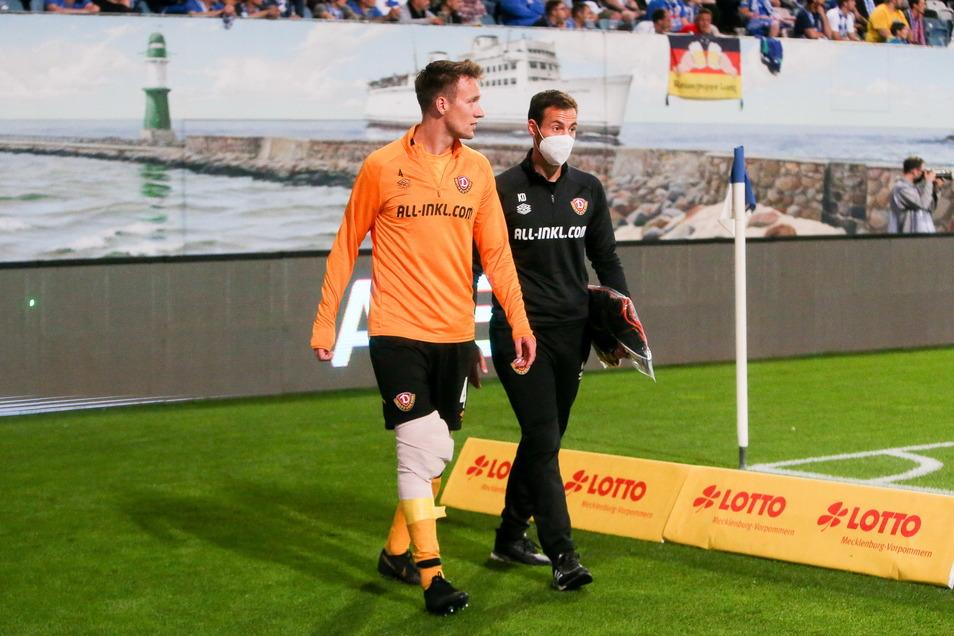 Das ist bitter für Dynamo und für ihn: Tim Knipping (l.) muss mit einer dicken Bandage ums rechte Knie frühzeitig vom Platz.