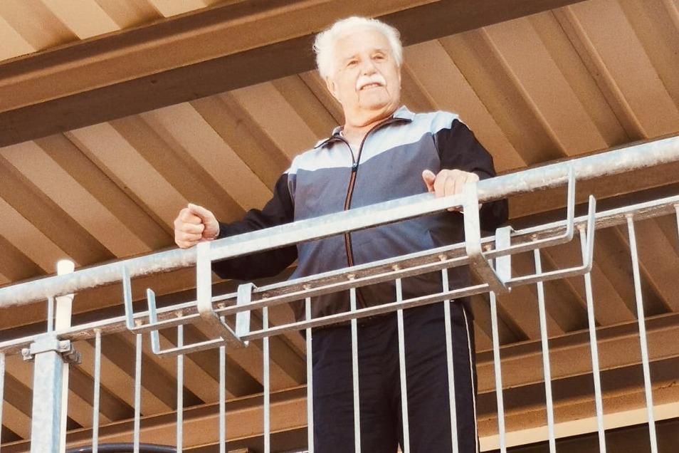 Der Balkon ist für Willi Stelzig aus der Seniorenresidenz Pro Civitate in Großenhain momentan ein Stück Fenster zur Welt.