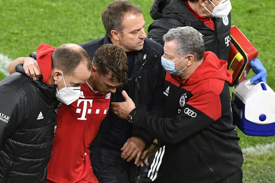 Bei einer Grätsche gegen Dortmunds Erling Haaland verletzt sich Joshua Kimmich offenbar schwer. Von Betreuern gestützt verlässt er das Spielfeld, und mit Tränen in den Augen.