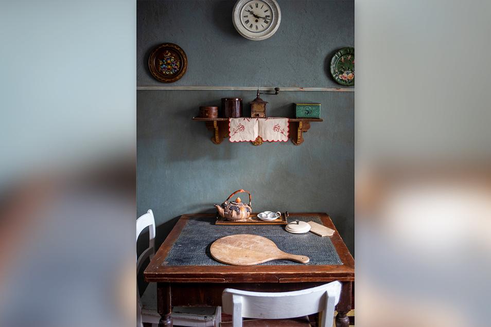 Stattdessen erinnert sie sich an das alte Holzbrett, das auf dem Tisch lag.