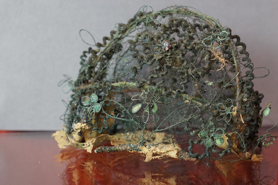 In einer der Grüfte, die bei Bauarbeiten am Riesaer Rathausplatz gefunden wurden, kam auch eine Totenkrone zum Vorschein. Die bleibt nun allerdings auch unter der Erde.