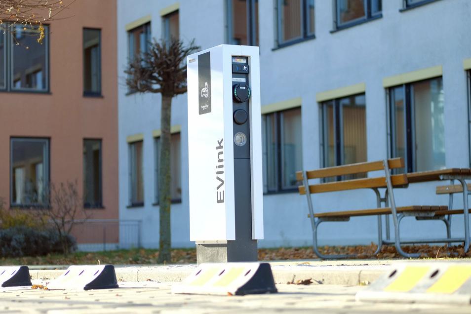 Moderne Ladeinfrastruktur vorm Meißner Landratsamt in der Brauhaustraße. Am Sonntag entscheiden die rund 200.000 Wähler im Landkreis, wer neuer Landrat wird.