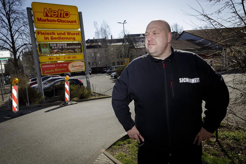 Andreas Otte von der Firma GRS Sicherheit steht am Netto-Markt an der Biesnitzer Straße in Görlitz. Über zu wenig Arbeit kann er sich momentan nicht beschweren.