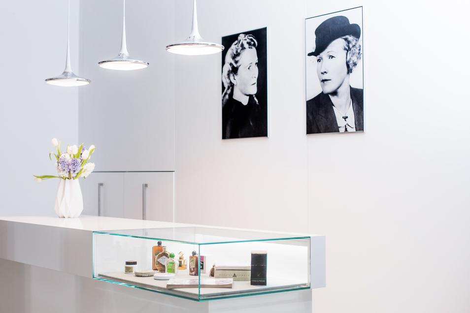 Nach der Zwangsenteignung 1972 in der DDR bauten Nachfahren der Meentzen-Schwestern den Betrieb in den 1990er-Jahren wieder auf. 2002 wurde der Standort von Dresden nach Radeberg verlegt. Hier erinnern im Foyer die Porträts der Schwestern Gertrude Seltmann-Meentzen (links) und Charlotte Meentzen an die Gründerinnen.