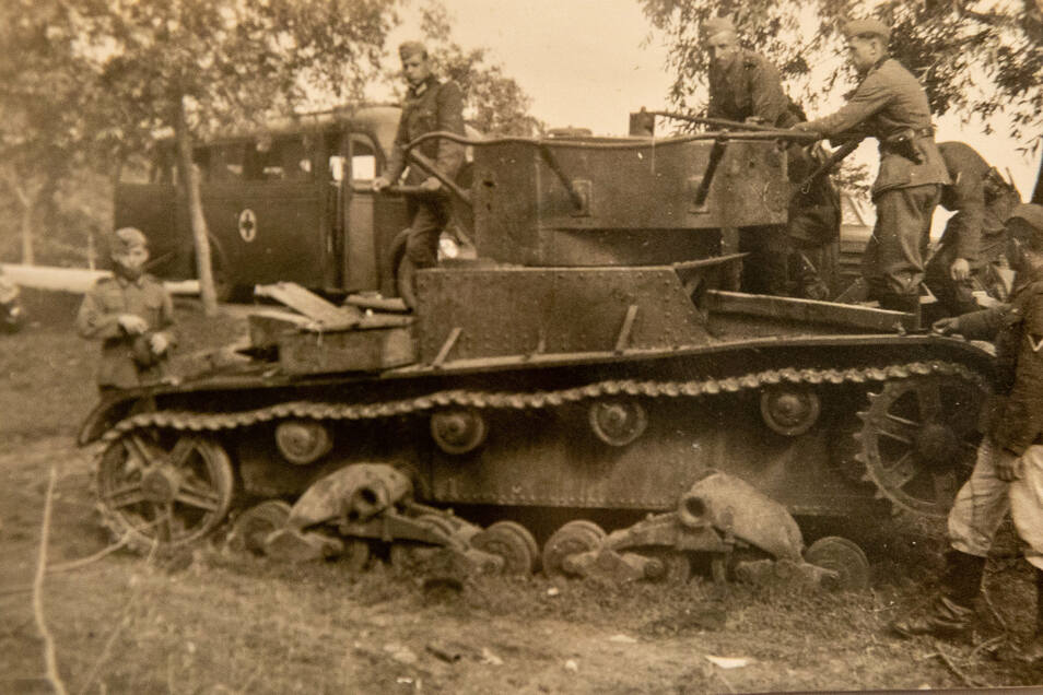Als Sanitäts-Unteroffizier ist Marcel Weise mit an vorderster Front. Hier ein verlassener sowjetischer Panzer bei Babrujsk in Weißrussland.