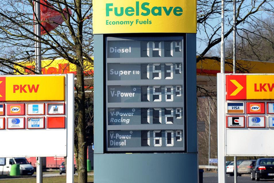 Tanken ist an Autobahnraststätten deutlich teurer als an Landstraßen. Trotzdem wollen viele Autofahrer keinen Umweg in Kauf nehmen.