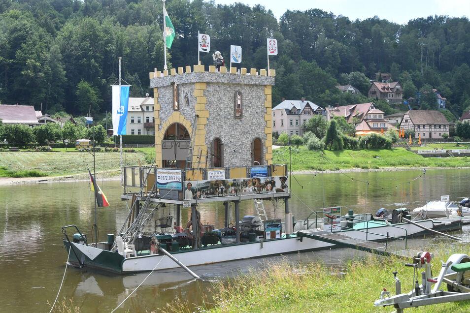 Mit diesem Nachbau eines Teils der Burg wirbt Wehlen für das Fest.