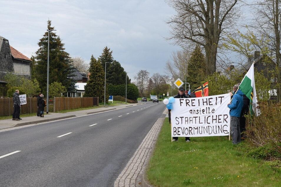 Am Donnerstagnachmittag versammelten sich an der B175 in Hartha etwa 20 Menschen, um gegen die derzeitigen Corona-Maßnahmen zu demonstrieren.