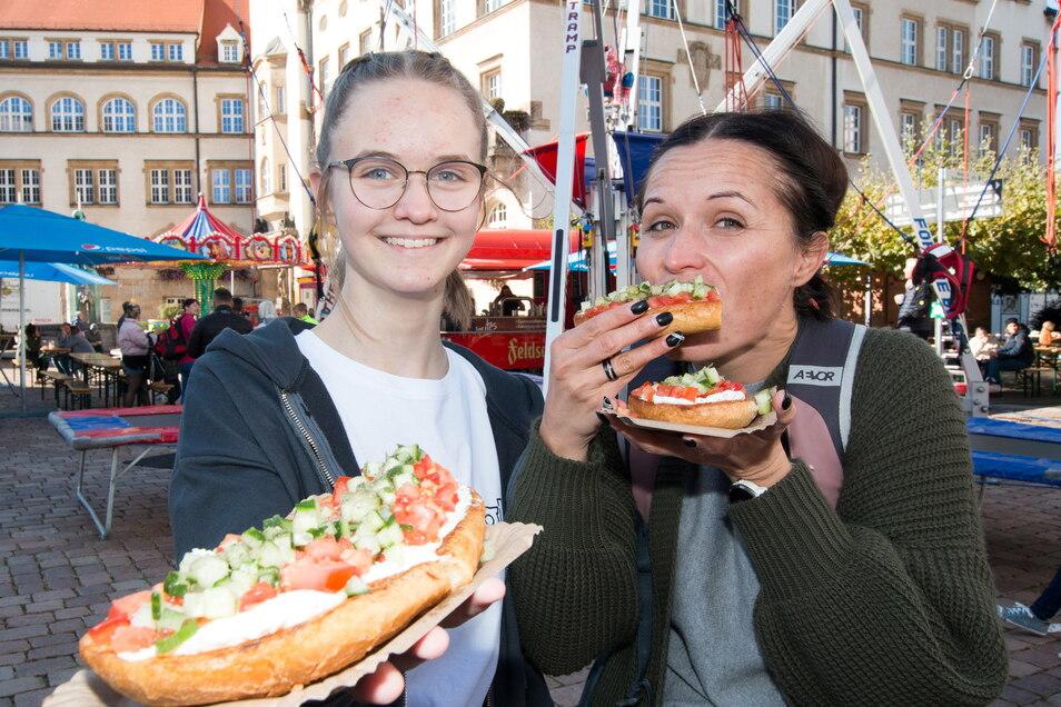 Maya und Mama Doreen aus Gastewitz genießen frisches Knobibrot.