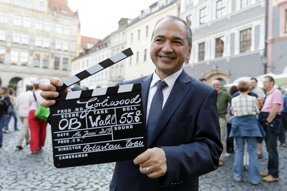 Der Görlitzer Oberbürgermeister Octavian Ursu mit der Wahl-Filmklappe.