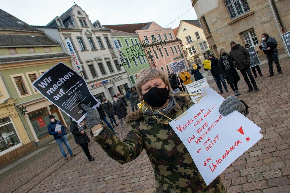 Grit Neumann, Vorsitzende des Stadtwerberings, steht mit Döbelner Händlern auf dem Obermarkt und macht auf die Situation der Selbstständigen in der Pandemie aufmerksam.