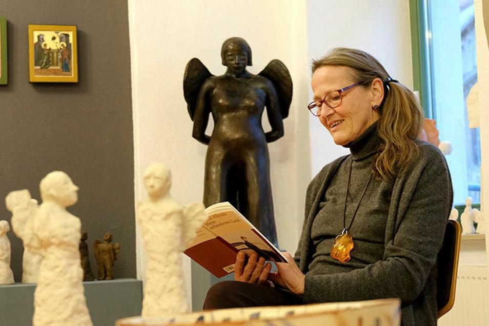 """In der Galerie """"Himmlisch"""" erwarten Besucher*innen sowohl bildende als auch literarische Kunst."""