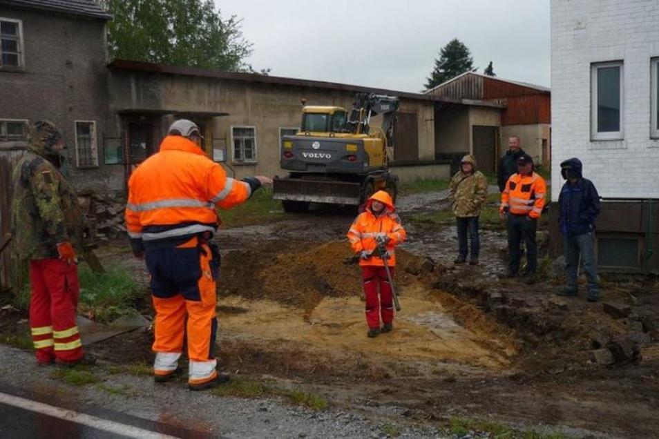 Trotz Dauerregen wurde am Sonnabend an der ehemaligen BHG in Burkau gegraben, um die sterblichen Überreste von vier polnischen Soldaten zu finden.