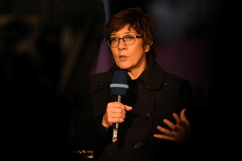 Annegret Kramp-Karrenbauer (CDU), Verteidigungsministerin, spricht bei dem Großen Zapfenstreich in Berlin.