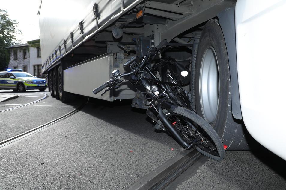 Beim Abbiegen erfasste die Zugmaschine die Radfahrerin an der Ecke Kesselsdorfer Straße/Rudolf-Renner-Straße.