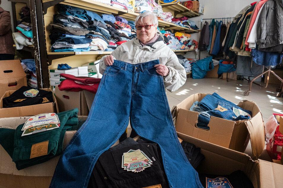 Im März hatte die Roßweiner Kleiderkammer ein hat kistenweise Jeans bekommen. Jetzt gibt es auch Spielzeug fürs Weihnachtsfest.