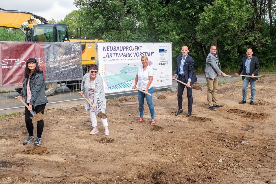 Ein offizieller Spatenstich muss sein. Daran waren etwa BWB-Geschäftsführerin Kirsten Schönherr (3. v. l.) und rechts neben ihr Bautzen OB Alexander Ahrens beteiligt.