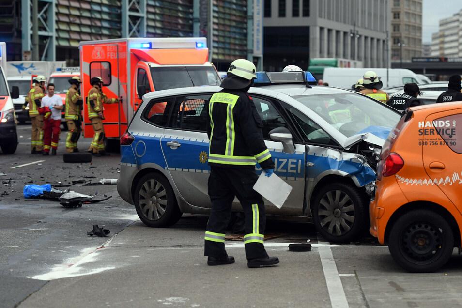 Polizisten und Feuerwehrmänner arbeiten am 29. Januar 2018 an einem Unfallort, an dem ein Polizeifahrzeug während eines Einsatzes mit einem anderen Auto zusammenprallte.