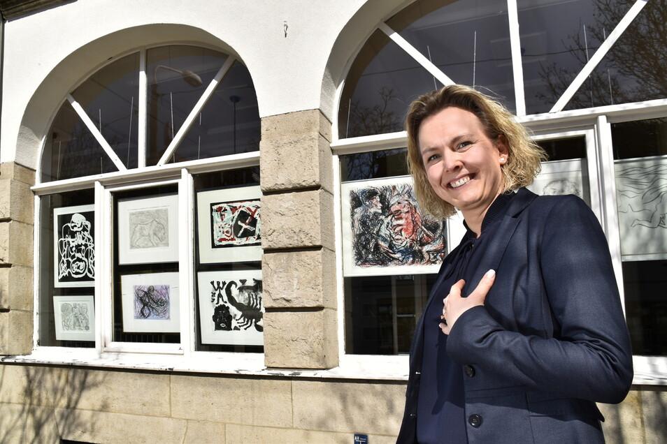 Parkhotel-Geschäftsführerin Mandy Hewald zeigt die neue Fenster-Galerie im Parkhotel.