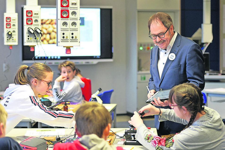 Ralf Dietl, Jury-Mitglied des Deutschen Schulpreises, beobachtet während eines Besuchs in der Kurfürst-Moritz-Schule in Boxdorf den Biologieunterricht der Klasse 6a.