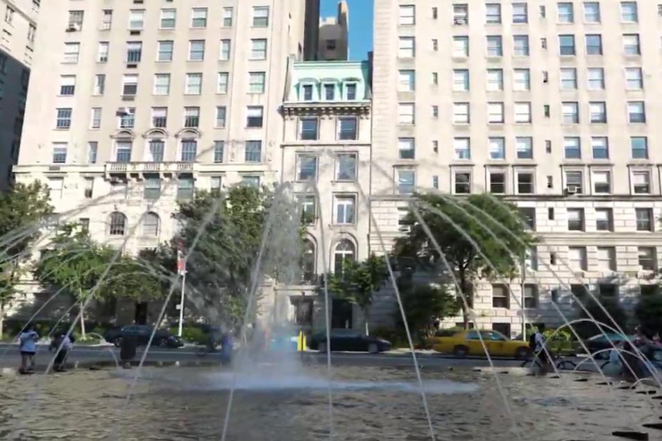 Das sechsgeschossige Gebäude mit hellgrauer Fassade und grünem Kupferdach steht an der Fifth Avenue im Herzen Manhattans.